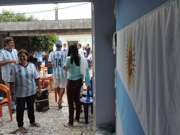 Na  casa de Jadiel Silva, em Buenos Aires, pernambucanos admiradores da seleção argentina se reuniram para assistir à final da Copa do Mundo. (Foto: Vitor Tavares / G1)
