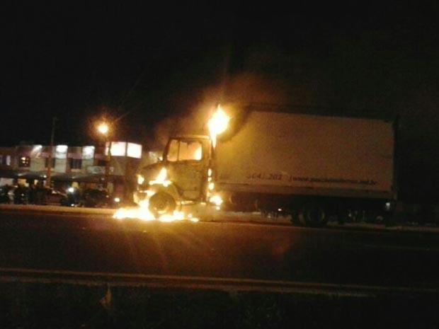 Caminhão pegou fogo na BR-101, em Parnamirim (Foto: Klênyo Galvão/G1)