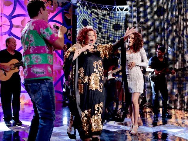 Penha canta com Alcione. Essa empreguete é chique de fina! (Foto: Cheias de Charme / TV Globo)