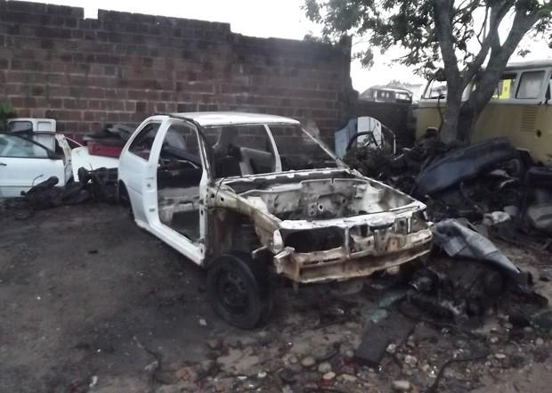 Agentes encontraram carros desmanchados durante operação Lata Velha (Foto: Divulgação/Polícia Civil)