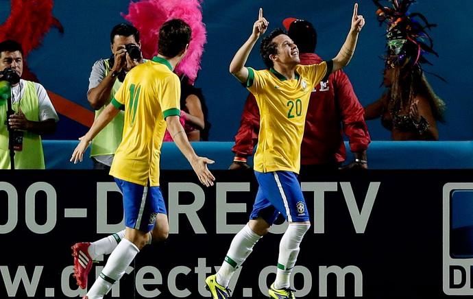 Bernard brasil gol honduras (Foto: Agência AP)