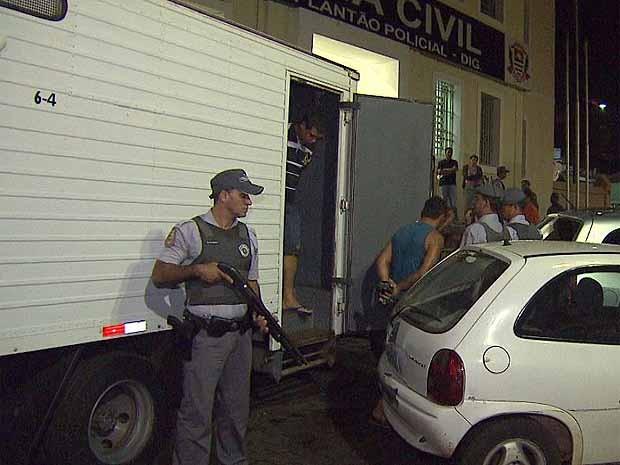 Suspeitos foram levados para DIG de Ribeirão Preto (Foto: Reprodução EPTV)