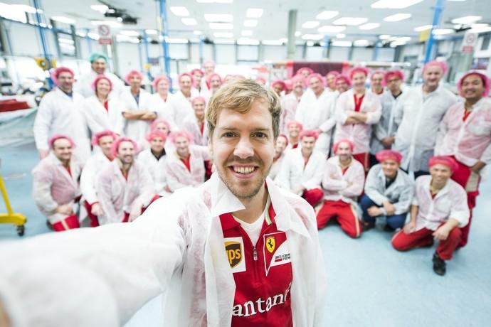 Sebastian Vettel visita fábrica da Ferrari em Maranello - 15/1/2015 (Foto: Divulgação)