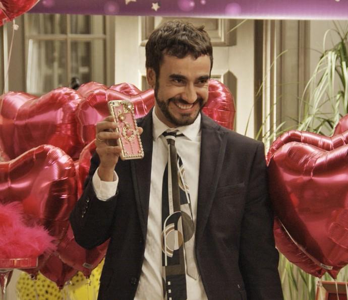 Leozinho mostra o celular com capinha de diamantes (Foto: TV Globo)
