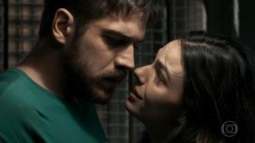 Zeca fica atordoado com beijo de Ritinha