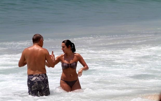 Patrícia Poeta na praia do Leblon com o marido (Foto: Wallace Barbosa / AgNews)
