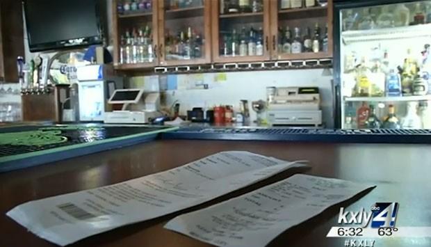 Phillip Poissonnier pode levar multa de R$ 3,18 mil após ligar para a polícia para reclamar de conta de bar (Foto: Reprodução/YouTube/KXLY)