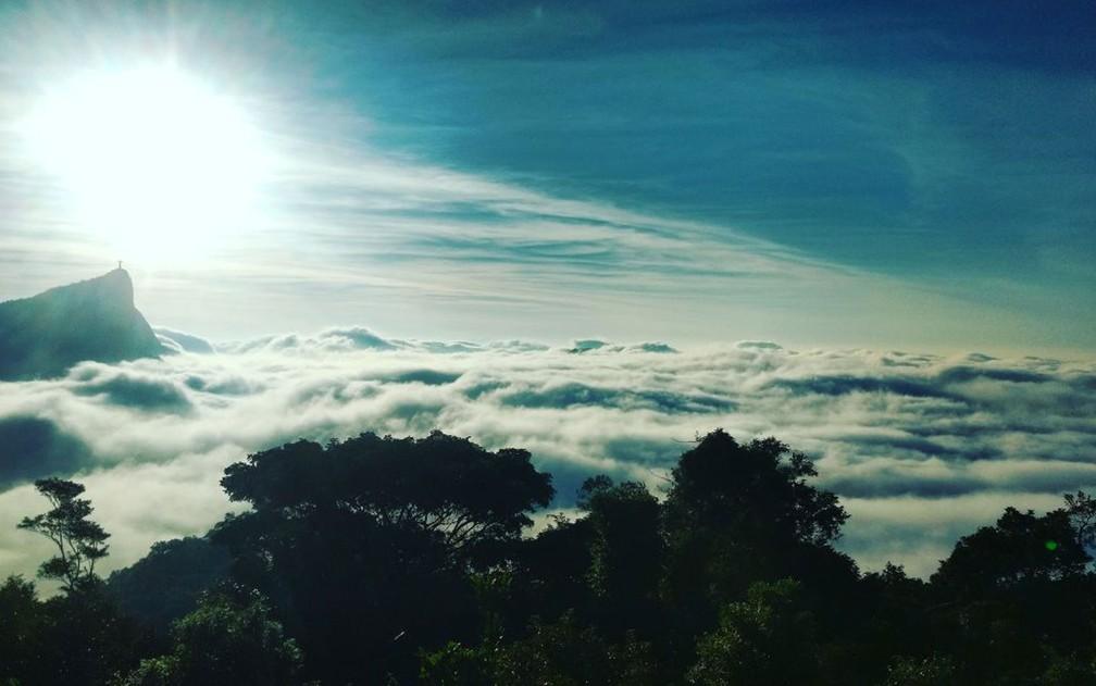 Denso nevoeiro toma conta do céu do Rio na manhã desta segunda (Foto: Marcos Serra Lima / G1)