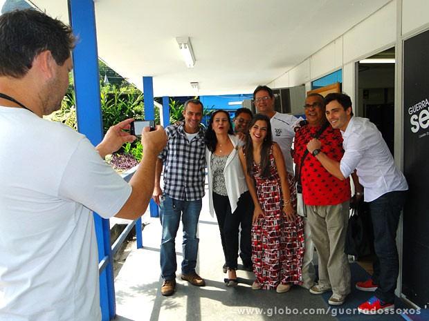 Thiago Rodrigues posa com a equipe da novela (Foto: Guerra dos Sexos / TV Globo)