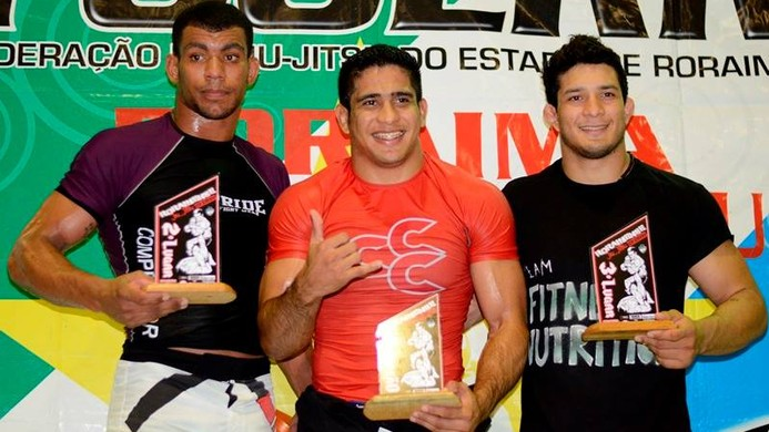 Diego Borges (centro) ao lado de Herbert Santos e Lucas Daniel, no pódio no Campeonato de JJ em RR (Foto: Divulgação)