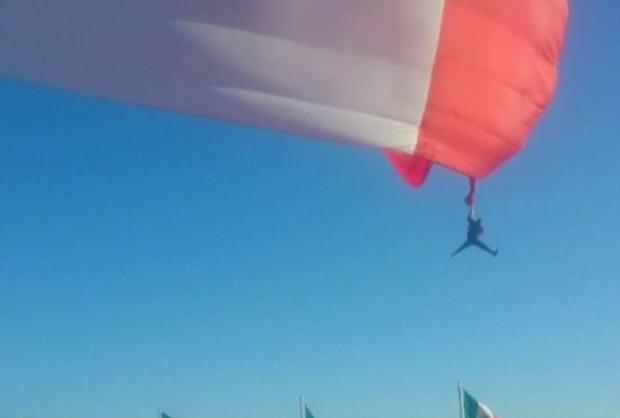 Testemunhas afirmam que fuzil do militar ficou preso em bandeira gigantesca (Foto: Reprodução/BBC)