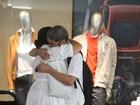 Regina Casé troca carinhos com o marido em shopping no Rio