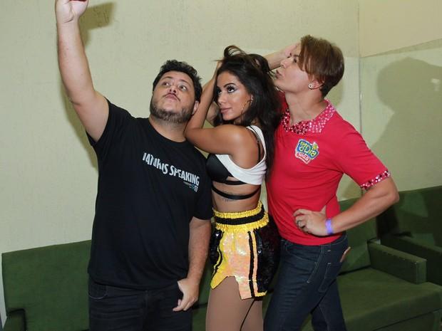 Anitta com Marcus Majella e David Brazil em bastidores de show na Zona Sul do Rio (Foto: Marcello Sá Barretto/ Ag. News)