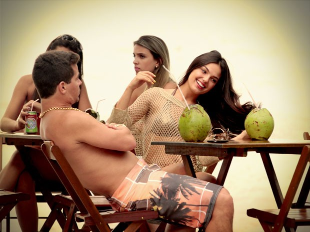 Suelen faz pose para paparazzi (Foto: Avenida Brasil / TV Globo)