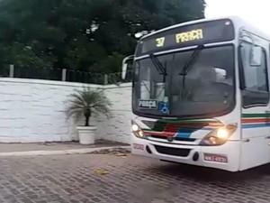 Primeiro ônibus deixou garagem da Santa maria às 5h40 desta segunda (1º) (Foto: Fred Carvalho/G1)
