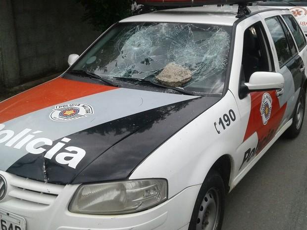 Moradores depredaram viatura da polícia (Foto: Arquivo/Plantão Tté)