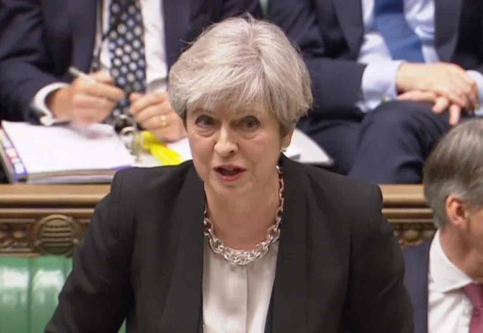 Imagem da transmissão televisiva da BBC mostra a primeira-ministra britânica Theresa May defendendo a antecipação das eleições no Parlamento (Foto: AFP)