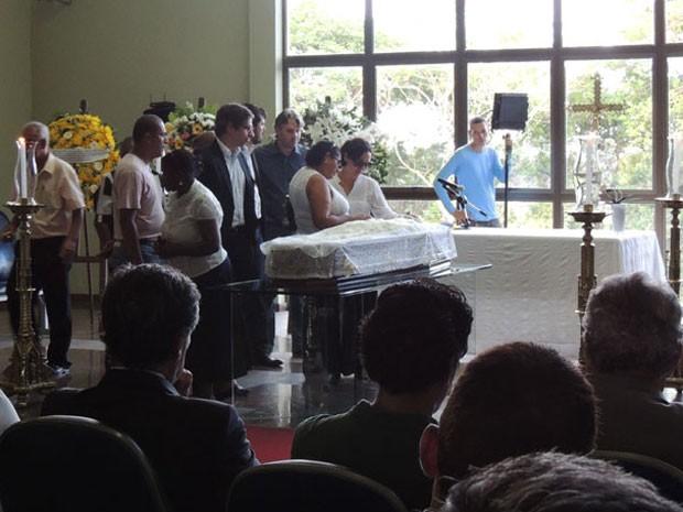 Antes da cremação, familiares e amigos participaram de celebração religiosa (Foto: Débora Soares/G1)