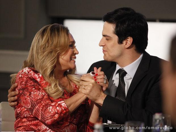 Pilar comemora a vitória do filho (Foto: Pedro Curi/TV Globo)