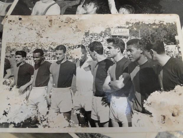 Foto antiga mostra Eduardo Pimentel com Pelé (Foto: Valeska Silva / Globoesporte.com)