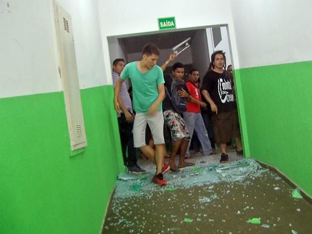 Manifestantes depredam Câmara de Vereadores de Várzea Grande, Mato Grosso (Foto: Reprodução/TVCA)