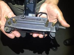 Uma das armas apreendidas com os assaltantes (Foto: Polícia Militar/Divulgação)