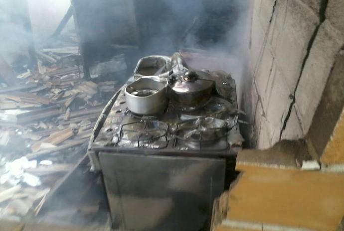 Casa incendiada dos pais dos irmãos Falcão (Foto: Divulgação/Bombeiros Voluntários de Santa Maria de Jetibá)