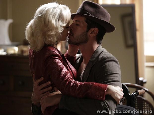Ousada! Aurora tasca um beijão em Davi e o pega de surpresa (Foto: Fábio Rocha/ TV Globo)