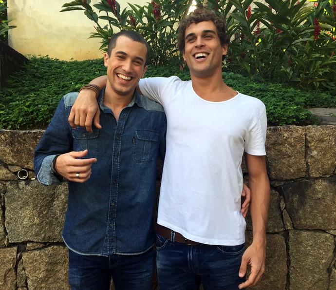 Ricardo Vianna e Felipe Roque caem na risada antes de posar para foto (Foto: Guilherme Toscano / Gshow)