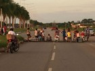 Após quase 24h sem energia elétrica, moradores fecham avenida na capital