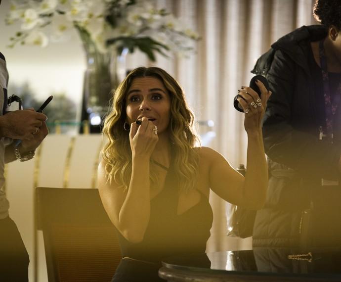 Giovanna Antonelli retoca a maquiagem de Atena no set de filmagem da novela (Foto: Ellen Soares/ Gshow)