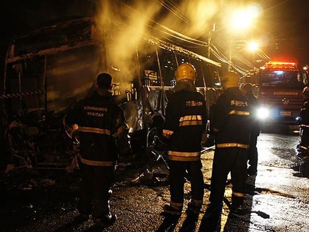 13 de novembro - Bombeiros fazem rescaldo em carcaça de ônibus incendiado no Bairro dos Ingleses (Foto: Glauco Araújo/G1)