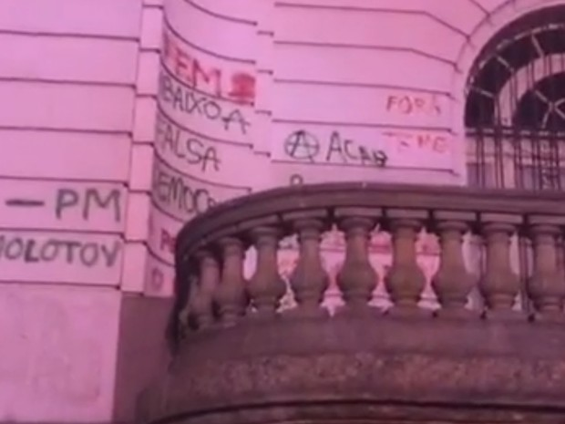 Câmara Municipal foi pichada por manifestantes (Foto: Reprodução/Facebook)