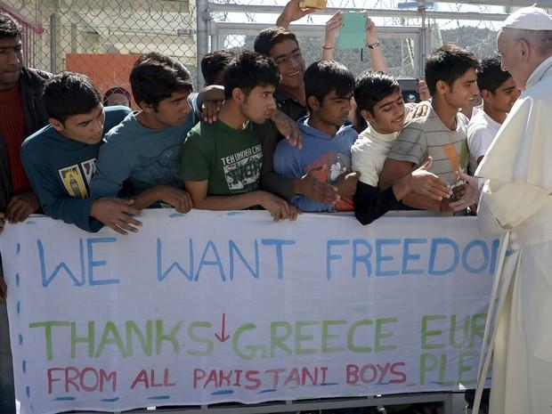 Papa se encontra com jovens refugiados em Lesbos. (Foto: OSSERVATORE ROMANO/Reuters)