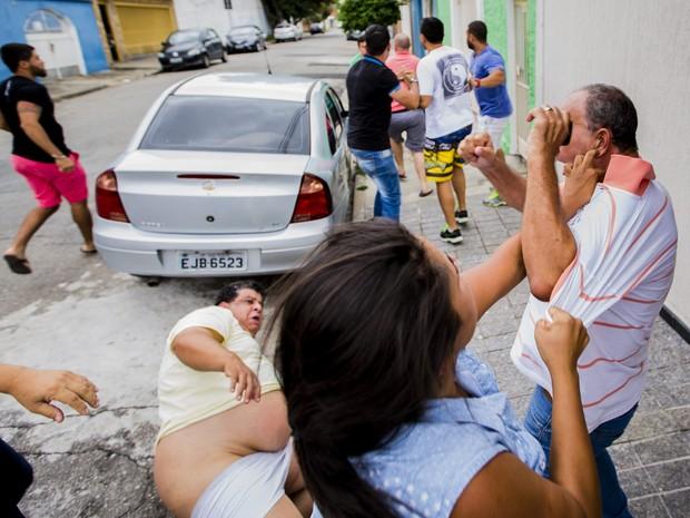 Militantes do PSDB brigam durante as prévias municipais do partido (Foto: Crédito: Adriano Vizoni/Folhapress)