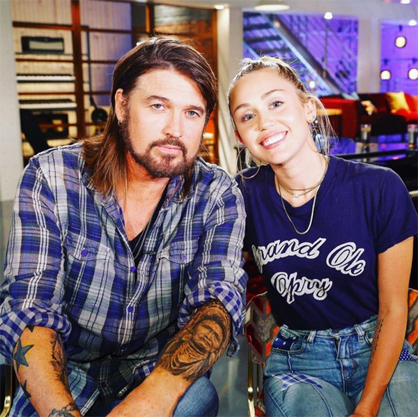 Billy Ray Cyrus e Miley Cyrus nos bastidores do The Voice (Foto: Instagram)