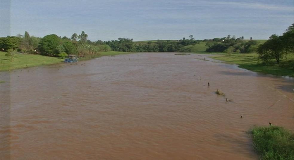 Homem de 34 anos teria pulado no rio para nada quando foi arrastado pela correnteza em Fartura (Foto: Reprodução/TV TEM)