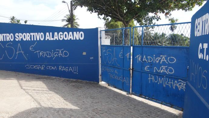 Pichação no CT do Mutange (Foto: Leonardo Freire/GloboEsporte.com)