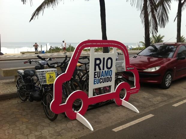 Bicicletário em forma de carro instalado na orla de Copacabana (Foto: Janaína Carvalho)