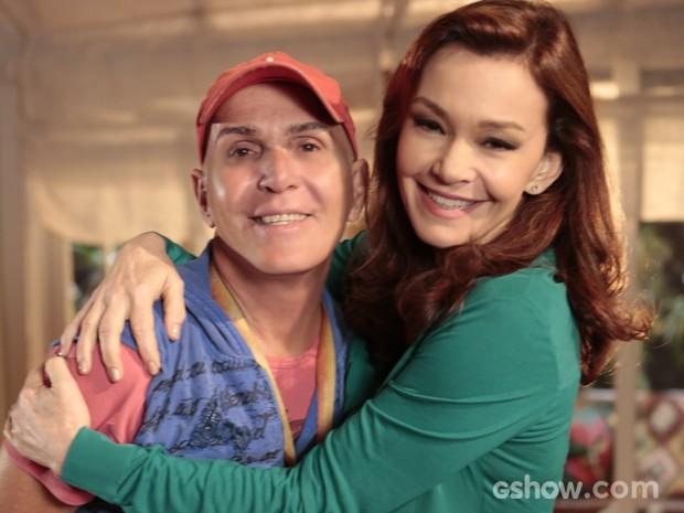 Só carinho entre Júlia Lemmertz e o maquiador Luiz Ferreira (Foto: Felipe Monteiro / TV Globo)