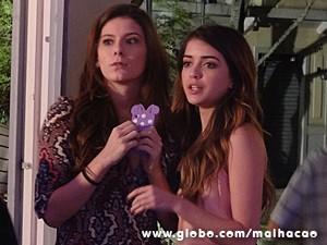 Flaviana assiste à cena de longe e se diverte (Foto: Malhação / TV Globo)