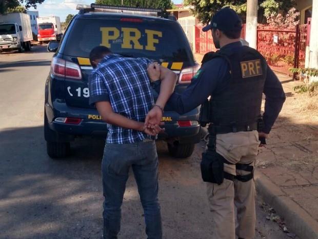 Um dos criminosos foi preso logo após o acidente  (Foto: Assessoria/ PRF-MT)
