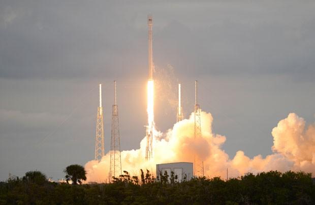 Imagem mostra momento da decolagem do foguete Falcon 9, da SpaceX, em Cabo Canaveral, na Flórida (Foto: Craig Bailey/Florida Today/AP)