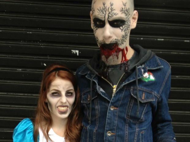 Fantasiados, casal participa da Zombie Walk (Foto: Thais Kaniak/G1)
