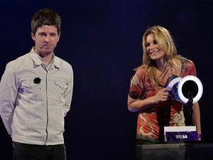 Noel Gallagher entrega prêmio de artista do ano, vencido por David Bowie, para a modelo Kate Moss, que representou o cantor na cerimônia (Foto: REUTERS/Toby Melville)