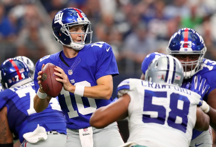 O quarterback Eli Manning, do New York Giants, teve boa atuação diante do Dallas Cowboys (Foto: Getty Images)