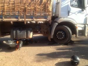 Motocicleta ficou debaixo do caminhão (Foto: Jesana de Jesus/G1)