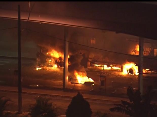 Ônibus incendiados dentro de terminal em Poá (Foto: Reprodução/TV Globo)