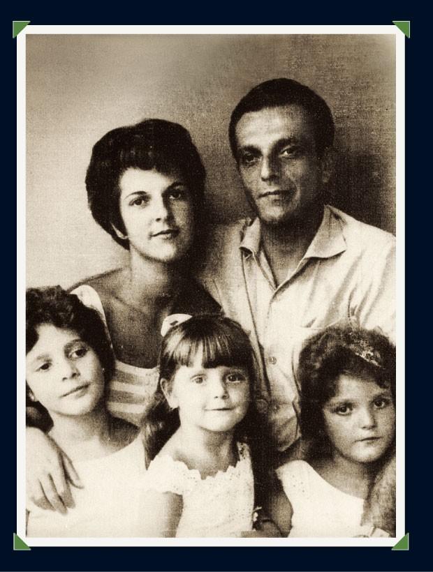 EM FAMÍLIA Adriana (ao centro) com os pais e as irmãs Rosina (à esq.) e Patrícia (à dir.) em 1965. O retrato foi feito pela tia em seu apartamento em Copacabana  (Foto: arq. pessoal)