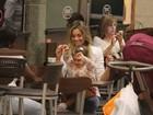 Flávia Alessandra vai a shopping com as filhas